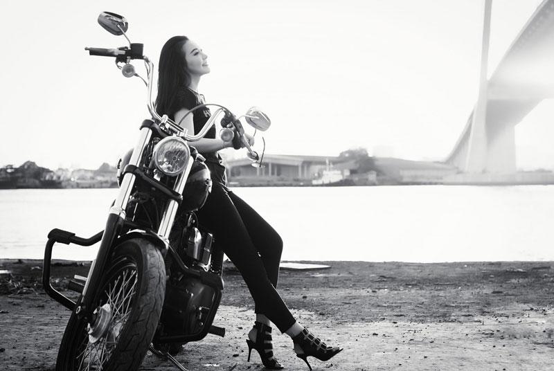 バイクに乗るすごい女性