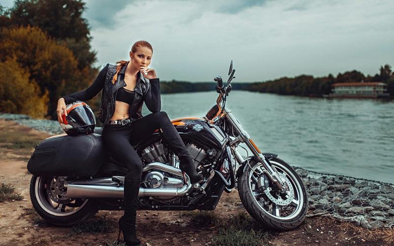 バイクに乗ったいかした女性