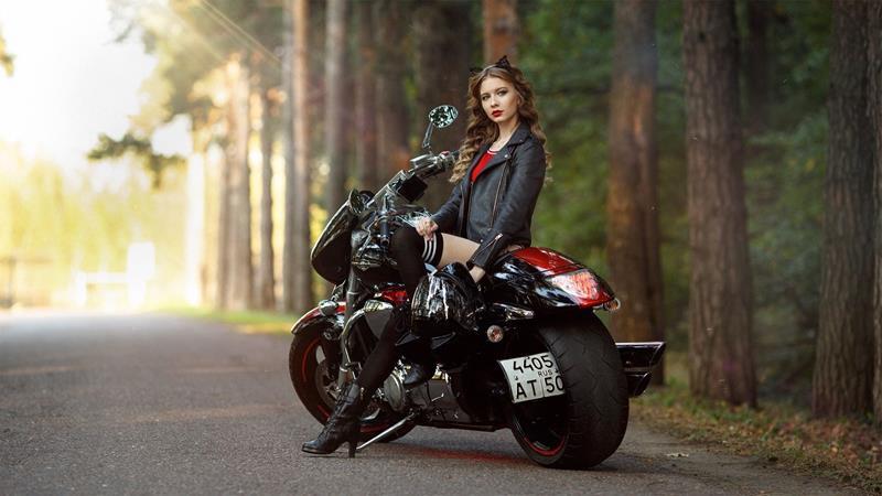 バイクに乗るきれいな女性